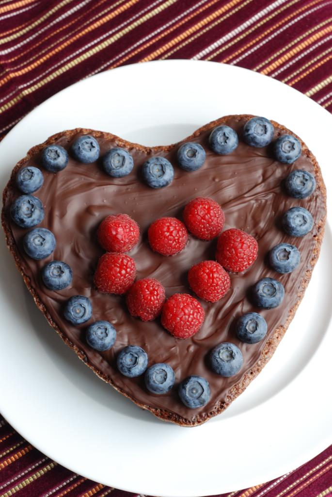 Muttertagskuchen In Herzform Schoko Mandel Kuchen Mit Fruchten
